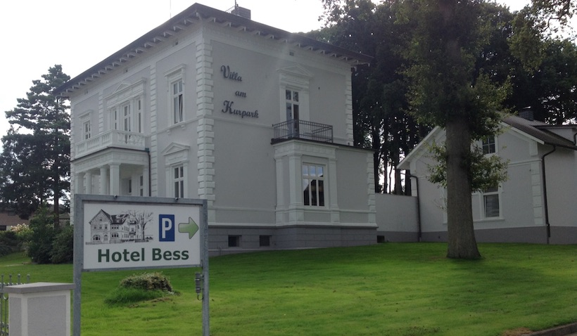 Hotel Bess Albersdorf | Einfahrt zum Parkplatz von der Bahnhofstraße 16 aus
