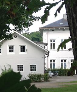 Hotel Bess Albersdorf | Kutscherhaus und Herrenhaus | Ferienwohnungen | Anklicken oder -tippen öffnet einen internen Link zu Informationen und Impressionen im aktuellen Fenster.
